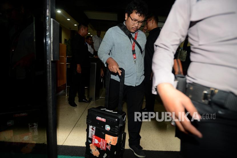 Penyidik KPK membawa koper usai menggeledah Kantor Kementerian Agama, Jakarta, Senin (18/3).