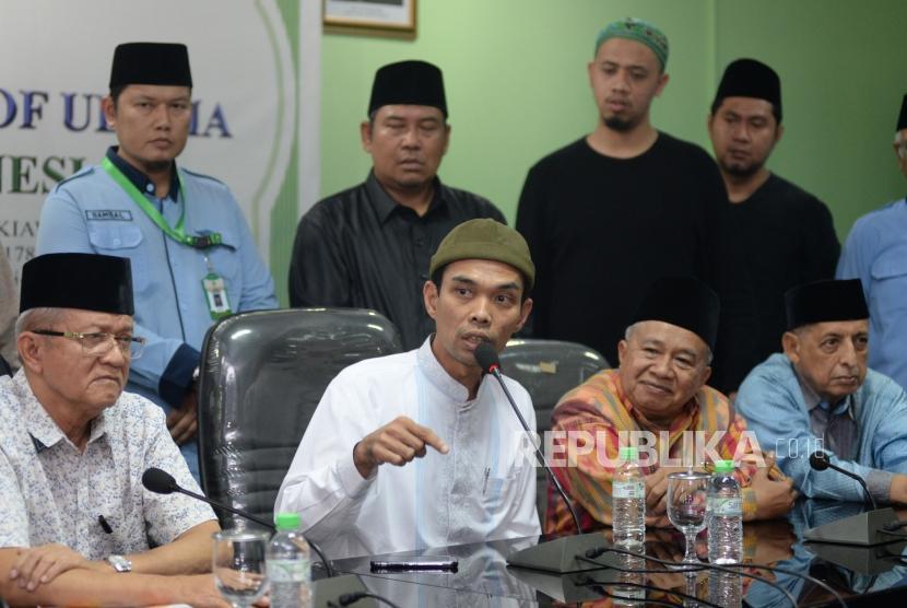 Ustaz Abdul Somad (UAS) didampingi pengurus MUI usai memberikan keterangan kepada wartawan saat memenuhi undangan MUI di Jakarta, Rabu (21/8).