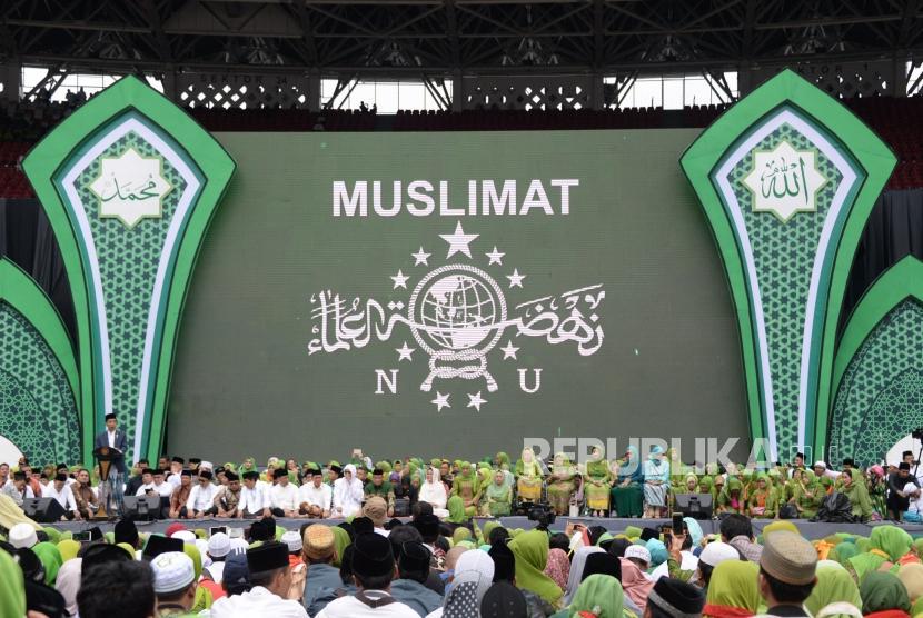 Presiden Joko Widodo memberikan sambutan pada Harlah Ke-73 Muslimat NU di Stadion Utama Gelora Bung Karno, Senayan, Jakarta, Ahad (27/1).
