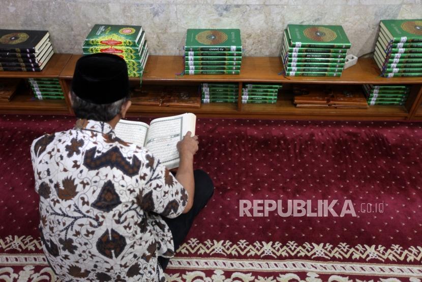 Seorang jamaah membaca Alquran seusai shalat di Masjid Sunda Kelapa, Jakarta, Senin (26/11).