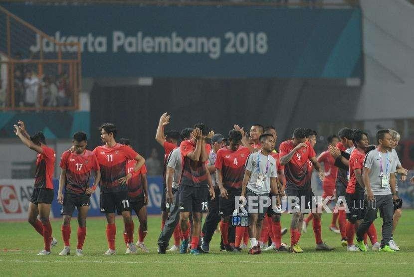Ekspresi pemain timnas Indonesia seusai dikalahkan Uni Emirat Arab pada babak adu pinalti dalam pertandingan cabang sepakbola Asian Games 2018 di Stadion Wibawa Mukti, Cikarang, Jawa Barat, Jumat (24/8).