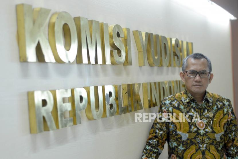 Ketua Komisi Yudisial, Jaja Ahmad Jayus melakukan sesi foto bersama Republika di kantor Komisi Yudisial, Jakarta Pusat, Senin (15/10).