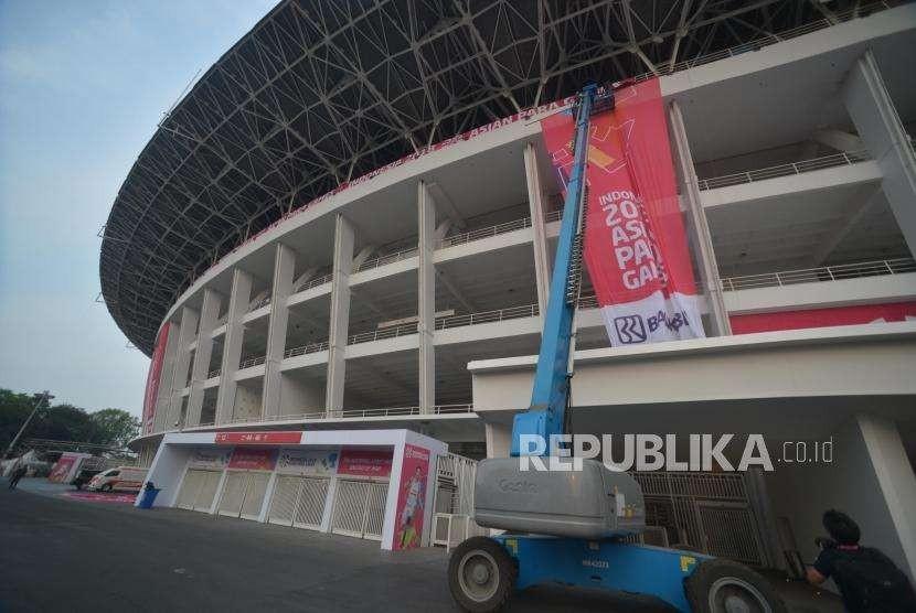 Persiapan Asian Para Games. Pekerja melakukan pemasangan atribut  media luar ruang di  kawasan Stadion Utama Gelora Bung Karno, Jakarta, Jumat (5/10).