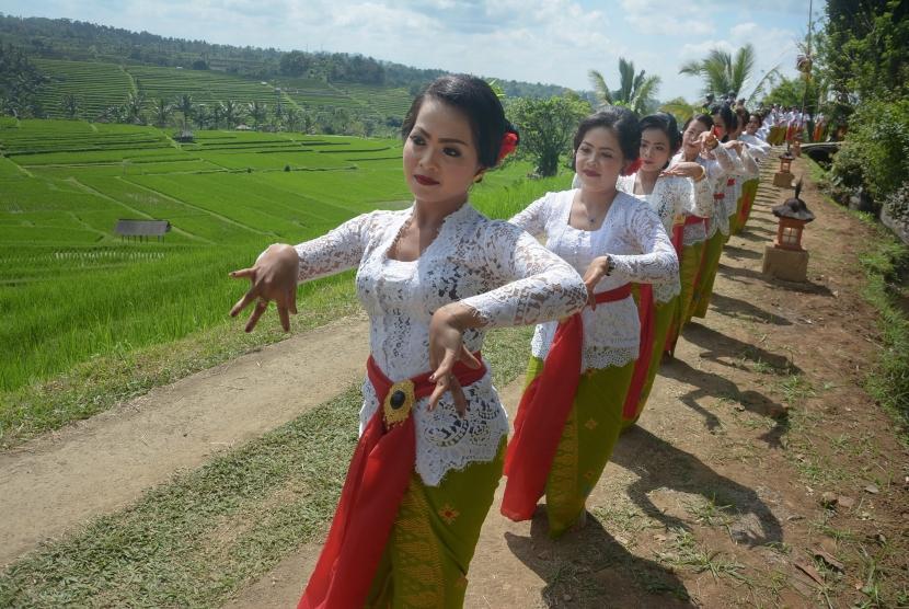 Sejumlah seniman menampilkan Tari Rejang Renteng dalam rangkaian Festival Jatiluwih 2018 di Desa Jatiluwih, Tabanan, Bali, Jumat (14/9).