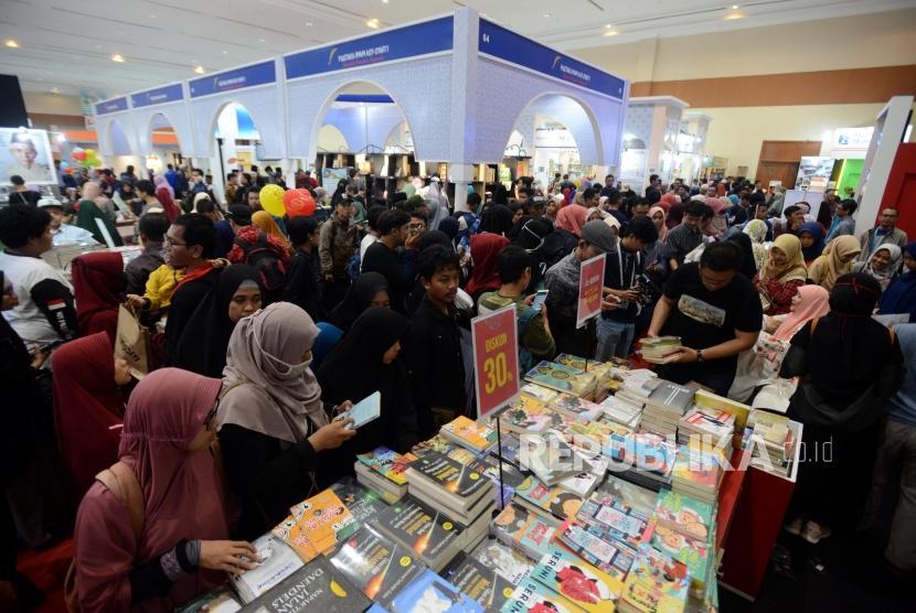 IBF 2019. Sejumlah pengunjung saat mencari buku pada hari terakhir acara Islamic Book Fair 2019 di Jakarta Convention Center, Jakarta, Ahad (3/3).
