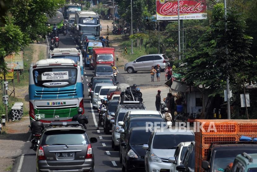 Sejumlah kendaraan terjebak kemacetan di kawasan Limbangan, Garut, Jawa Barat, Senin (11/6).
