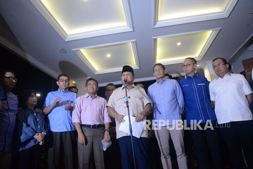 Calon Presiden dan Calon Wakil Presiden nomor urut 02 Prabowo Subianto dan Sandiaga Uno bersama para partai koalisi  memberikan keterangan terkait putusan MK tentang perselisihan hasil pemilihan umum (PHPU) Pilpres 2019 di Kertanegara, Jakarta Selatan, Kamis (27/6).
