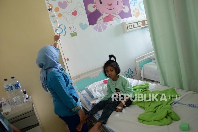 Kasus DBD Jakarta. Perawat memeriksa kondisi pasien DBD di RSUD Pasar Minggu, Jakarta, Jumat (1/2/2019).