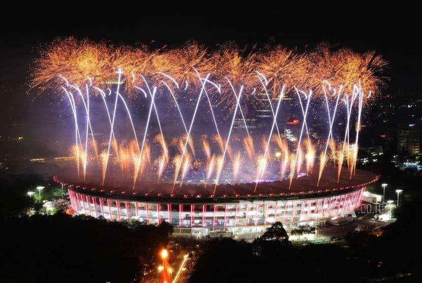 Pijaran kembang api menghiasi Stadion Utama Gelora Bung Karno (SUGBK) Jakarta, saat acara pembukaan Asian Games 2018, Sabtu (18/8) malam.