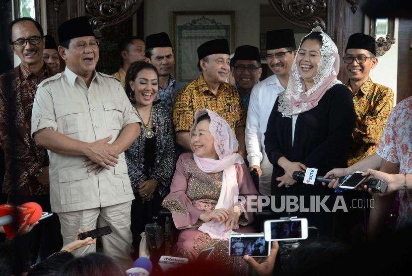 Bakal calon Presiden Indonesia, Prabowo Subianto, Shinta Nuriyah Wahid, dan Yenny Wahid (kiri ke kanan)  tertawa saat   memberikan  keterangan kepada media    di kediaman Abdurrahman Wahid, Jakarta, Kamis (13/9).