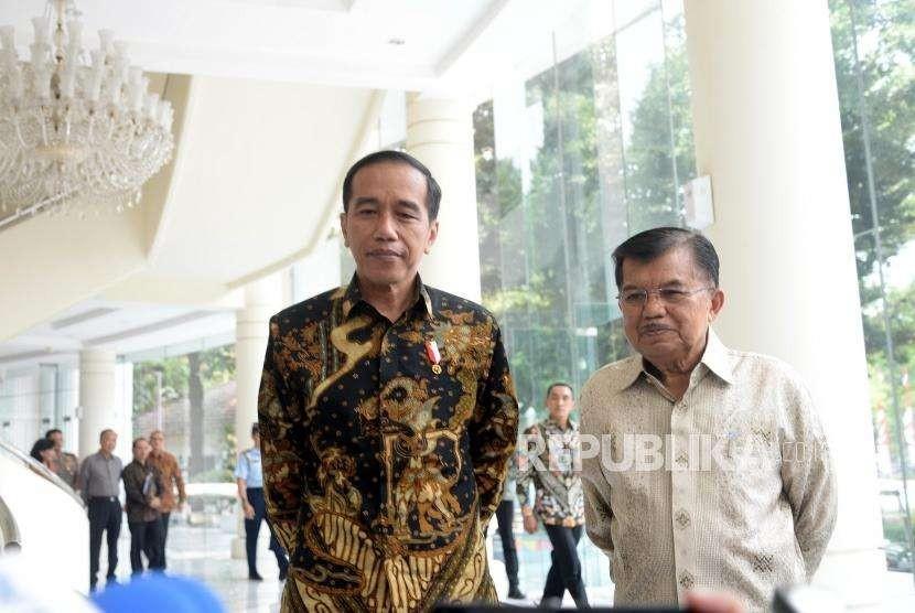 Presiden Joko Widodo (kiri) bersama Wapres Jusuf Kalla.