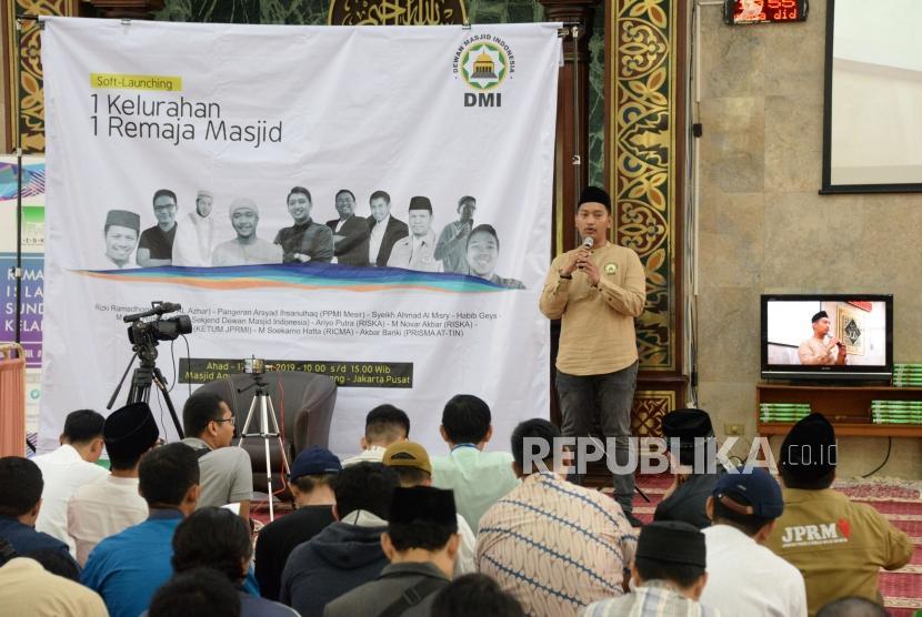 Plt Sekjen PP Dewan Masjid Indonesai (DMI) Arief Rosyid memberikan sambutan pada acara soft-launching 1 Keluarahan 1 Remaja Masjid di Masjid Sunda Kelapa, Jakarta, Ahad (17/3).