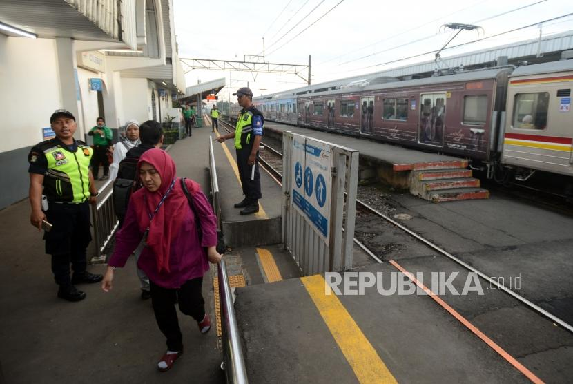 Penumpang berlari untuk menaiki KRL Commuter Line. Ilustrasi.