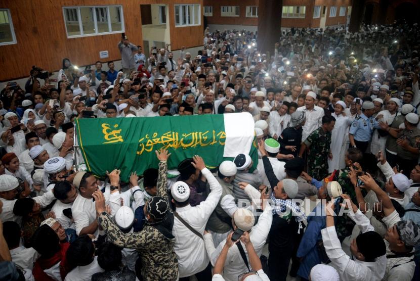 Para santri dan pelayat menggotong peti jenazah Ustad Arifin Ilham untuk disholatkan di Masjid Az-Zikra, Komplek Pondok Pesantren Az-Zikra, Gunung Sindur, Bogor, Jawa Barat, Kamis (23/5).