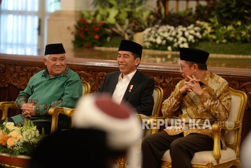 Pembukaan MTQ Internasional. Presiden Joko Widodo (tengah) bersama Utusan Khusus Presiden untuk Dialog dan Kerjasama Antaragama dan Peradaban Din Syamsuddin (kiri) serta Menteri Agama Lukman Hakim Saifuddin menghadiri MTQ Internasional II dan MTQ Nasional VIII Antar Pondok Pesantren di Istana Negara, Jakarta, Rabu (11/7).