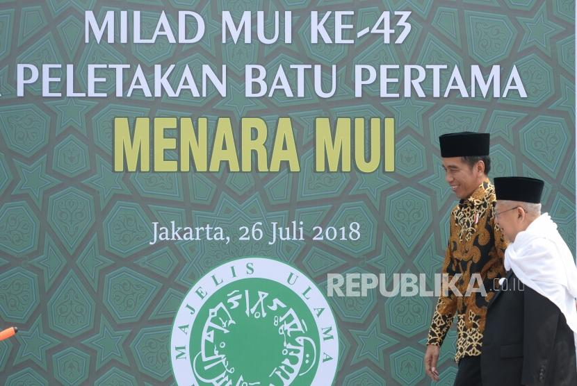 Peletakan Batu Pertama Menara MUI. Presiden Joko Widodo (kiri) bersama Ketua Umum Majelis Ulama Indonesia (MUI) Maruf Amin menuju tempat peletakan  batu pertama proyek pembangunan Menara MUI di Jakarta, Kamis (26/7).
