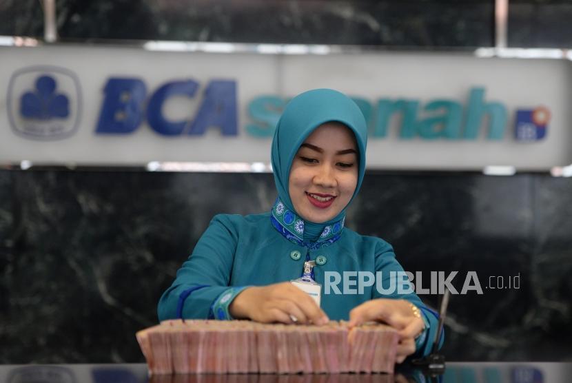 Petugas melayani transaksi nasabah di kantor layanan BCA Syariah, Jakarta. ilustrasi