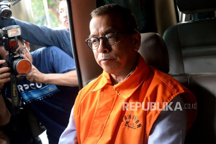 Mantan Direktur Utama PT Garuda Indonesia Emirsyah Satar mengenakan rompi tahanan (ilustrasi)