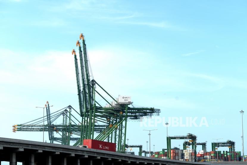 Neraca Perdagangan Januari Defisit. Truk membawa peti kemas dari Pelabuhan New Priok Kalibaru, Jakarta, Ahad (18/2).