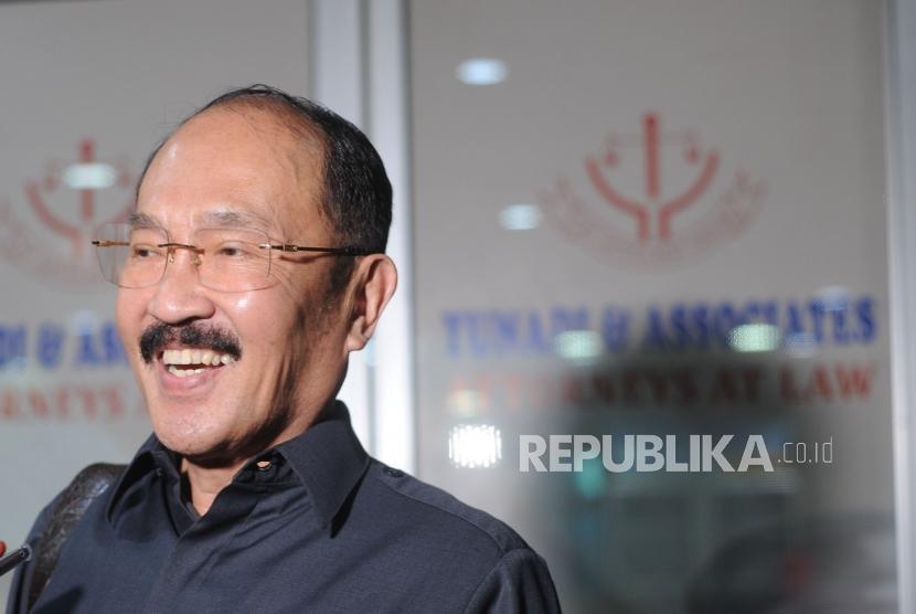 Fredrich Yunadi  memberikan keterangan kepada media usai KPK  melakukan penggeledahan kantor Fredrich Yunadi di kawasan kebayoran lama, Jakarta Selatan , Kamis, (11/1).