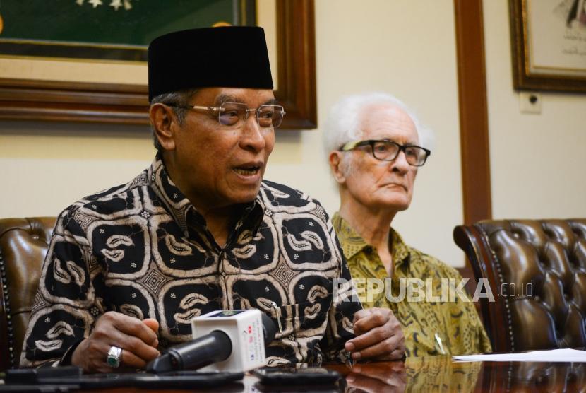Ketua Umum Pengurus Besar Nahdlatul Ulama (PBNU) KH  Said Aqil Siroj (kiri).