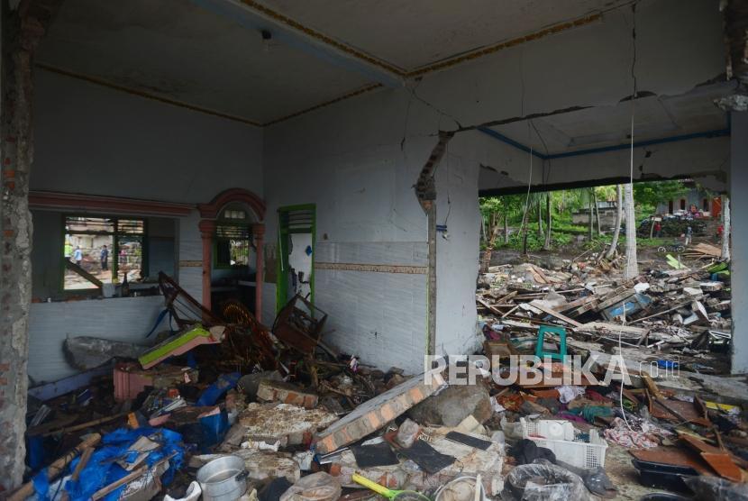 Suasana rumah yang hancur di Desa Way Uli, Kalianda, Lampung Selatan, Selasa (25/12).
