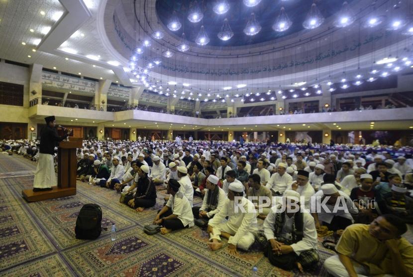 Qori Muda Muzammil   Hasballah  memberikan tausiyah dalam acara Dzikir Nasional 2018 di Masjid At-Tin Jakarta Timur, Senin (31/12).