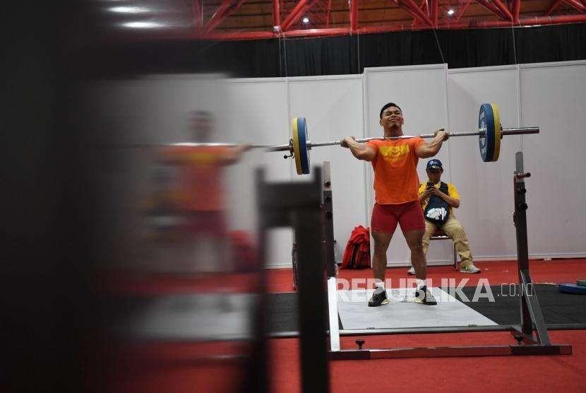 Atlet Angkat Besi, Eko Yuli  melakukan sesi latihan persiapan untuk bertanding dalam Asian Games ke 18 di JIE Expo Kemayoran, Jakarta. Ahad (19/8).