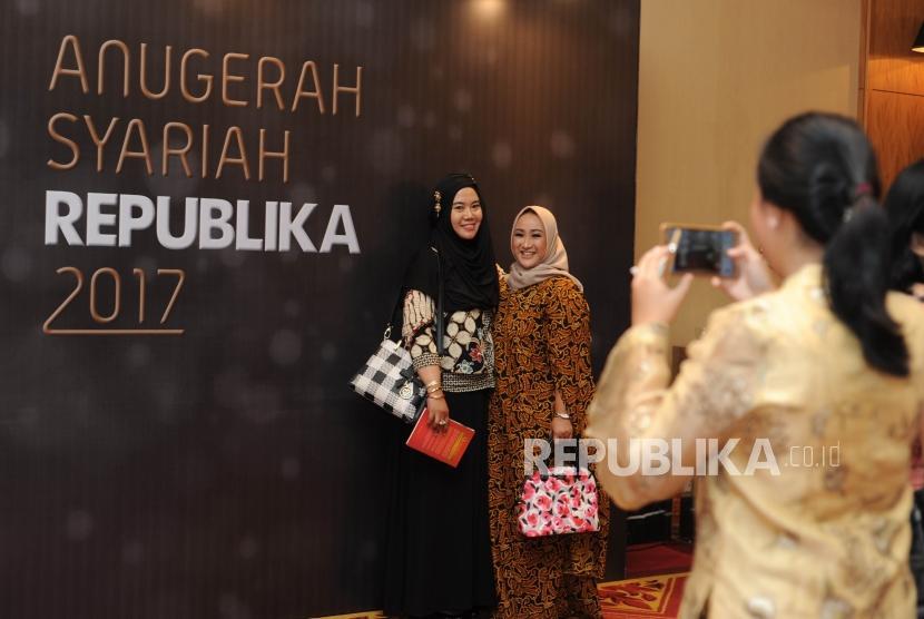 Tamu undangan berfoto berlatar Anugerah Syariah Republika (ASR) 2017 di Jakarta, Rabu (6/12) malam.