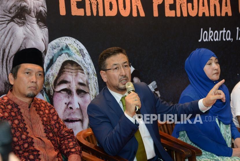 (dari kiri) Anggota DPR Muzammil Yusuf, Ketua Majelis Nasional Turkistan Timur Seyit Abdulkadir Tumturk dan Mantan Tahanan Uighur di Kamp Reedukasi Xinjiang Gulbahar Jelilova menjadi narasumber dalam diskusi di Jakarta, Sabtu (12/1).