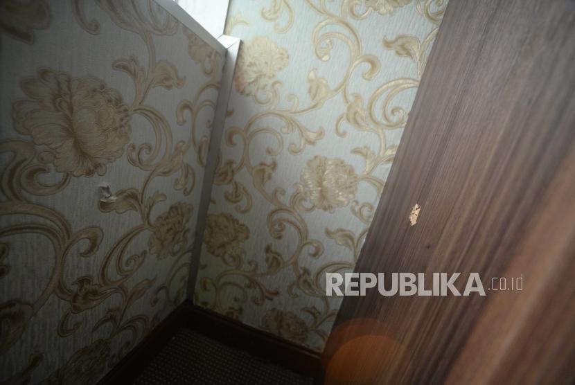 Lubang akibat peluru yang menembus ruangan  Anggota DPR RI komis 4 Fraksi Partai Demokrat Vivi Sumantri  terkait temuan peluru nyasar ke Nusantara1 Gedung DPR RI, Jakarta, Rabu (17/10).