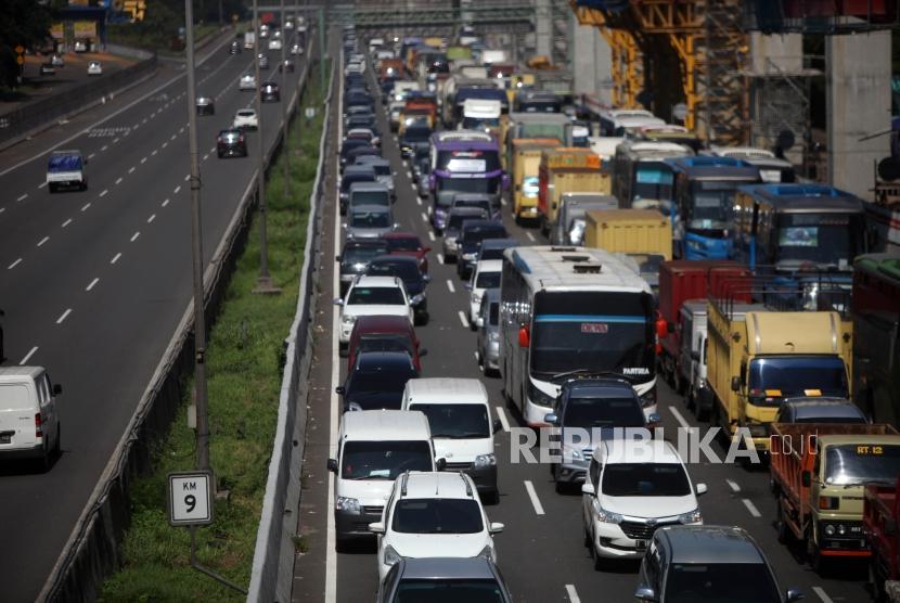 Antrean kendaraan saat melintas di ruas Tol Jakarta Cikampek, Bekasi. ilustrasi