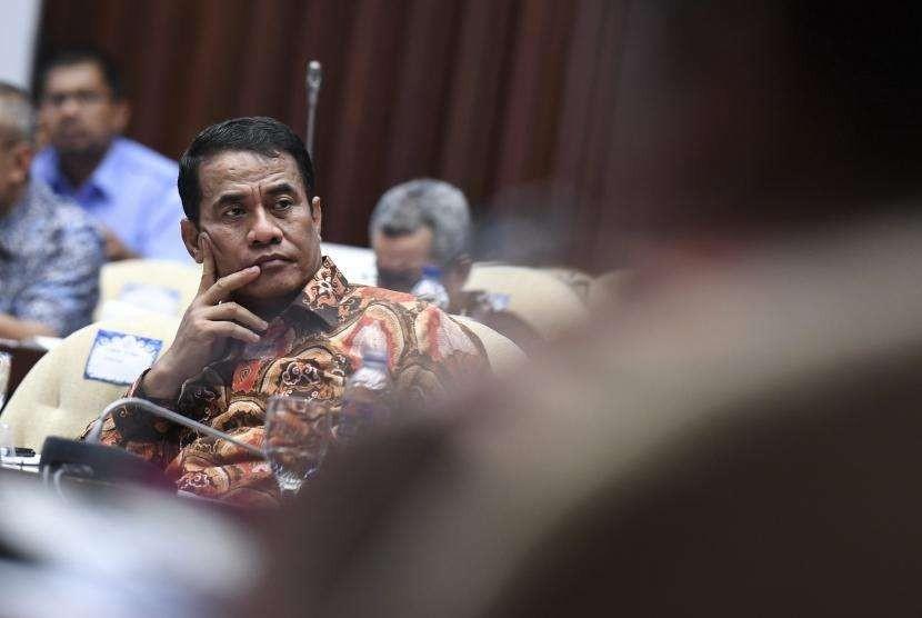 Menteri Pertanian Amran Sulaiman sekaligus mewakili Menteri Kelautan dan Perikanan mengikuti rapat kerja dengan Komisi IV DPR di Kompleks Parlemen, Senayan, Jakarta, Rabu (12/9).