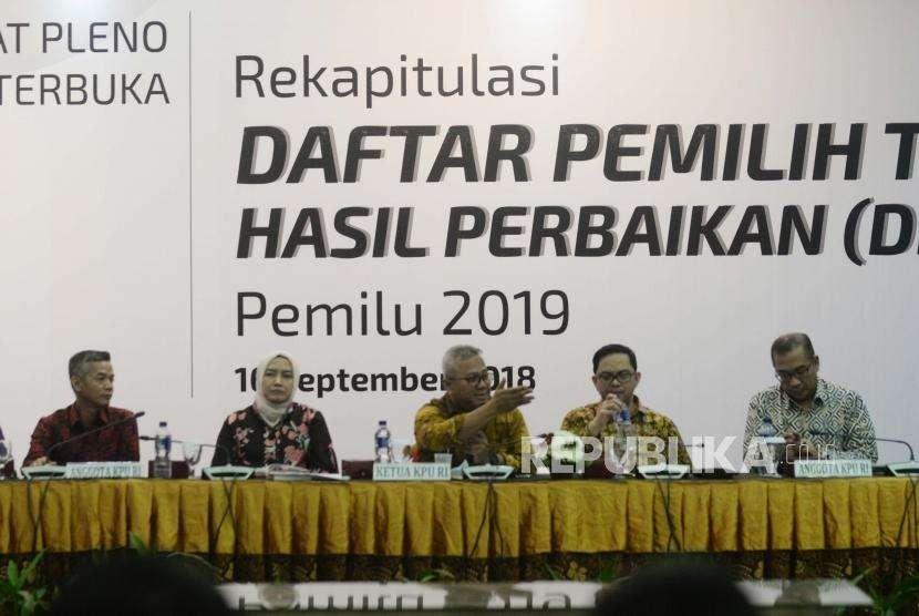 Ketua KPU Arief Budiman (tengah) memberikan paparan saat rapat pleno perbaikan Daftar Pemilih Tetap (DPT) di Kantor KPU, Jakarta, Minggu (16/9).