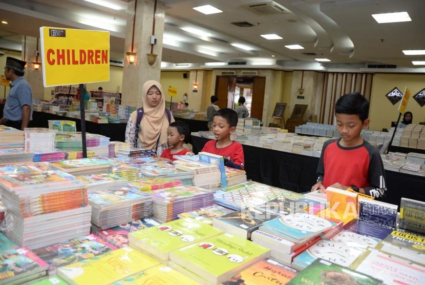 Pengunjung Hijrah Book Fest melihat  buku  dalam acara festival republik di Masjid At-Tin Jakarta, Sabtu (29/12).