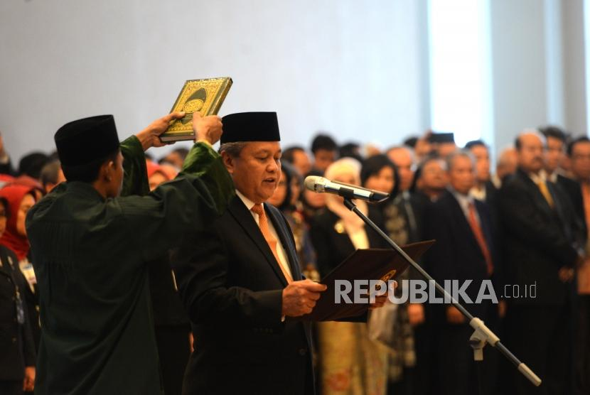 Bank Indonesia Governor Perry Warjiyo states his oath of office before the Supreme Court justices during his inauguration at the Supreme Court, Jakarta, Thursday (May 24).