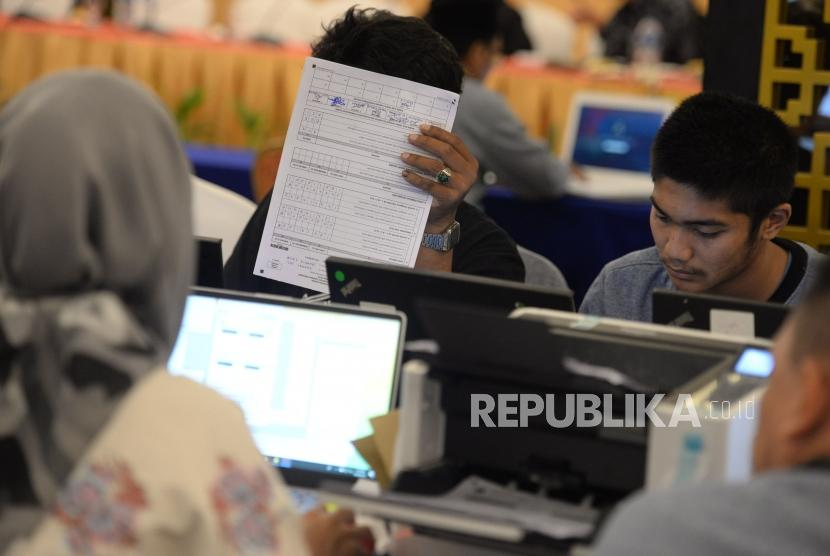 Relawan mengentri data dan pindai form C1 hitung cepat berbasis aplikasi Sistem Informasi Penghitungan Suara (SITUNG) Pemilu tahun 2019 KPU Se-Provinsi DKI Jakarta, Sabtu, (20/4).