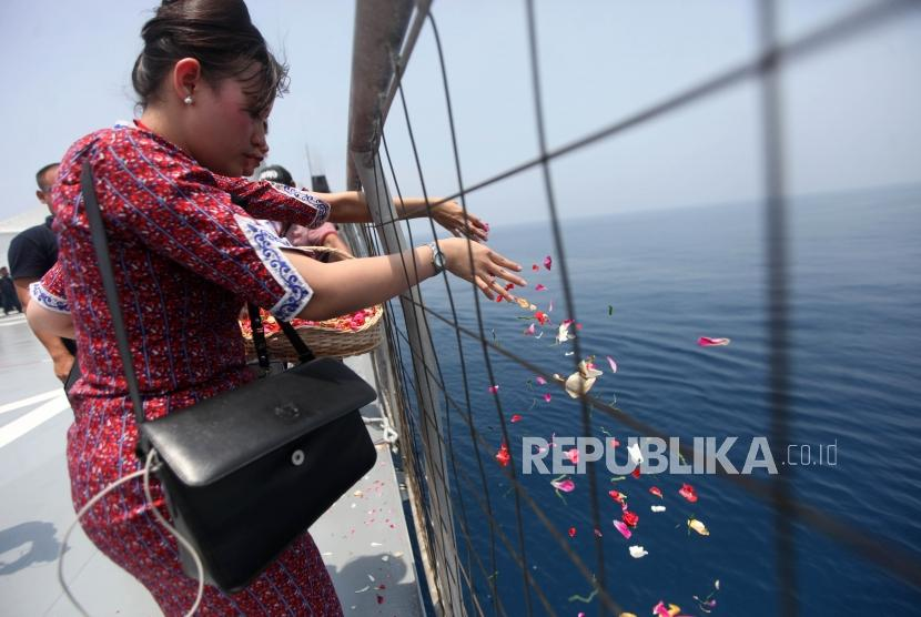 Sejumlah pramugari Lion Air menaburkan bunga kepada korban pesawat Lion Air JT-610 jatuh di KRI Banjarmasin 592 di Perairan Karawang, Jawa Barat, Selasa (6/11).