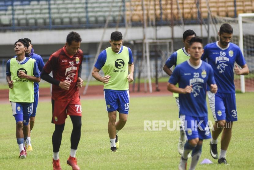 Bek Persib Bandung Fabiano Beltrame (tengah) mengikuti sesi latihan di Stadion Gelora Bandung Lautan Api, Kota Bandung, Ahad (24/3).
