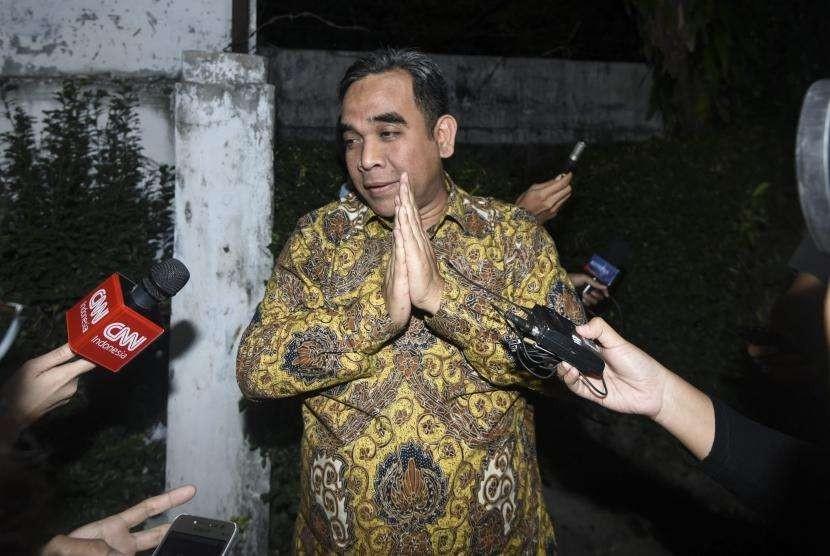 Sekjen Partai Gerindra Ahmad Muzani menjawab pertanyaan wartawan sebelum melakukan pertemuan dengan Sekjen Demokrat, Sekjen PKS, dan Sekjen PAN di Jakarta, Rabu (1/8).