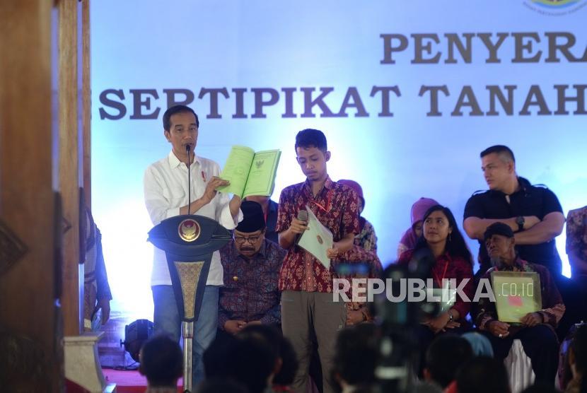Pembagian Sertipikat Tanah di Blitar. Presiden Joko Widodo menyampaikan sambutan usai membagikan sertipikat tanah untuk rakyat di Blitar, Jawa Timur, Kamis (3/1/2019).