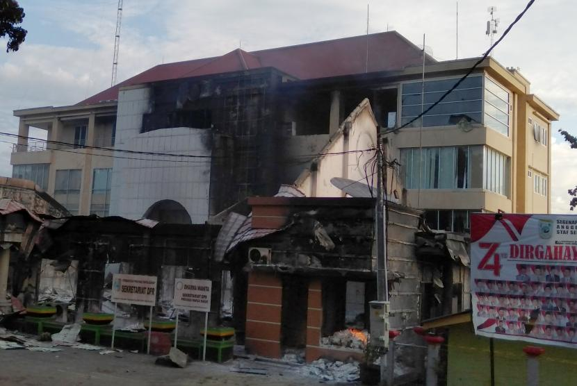 Kondisi gedung DPRD Papua Barat yang terbakar pascakerusuhan di Manokwari, Papua Barat, Senin (19/02/2019).