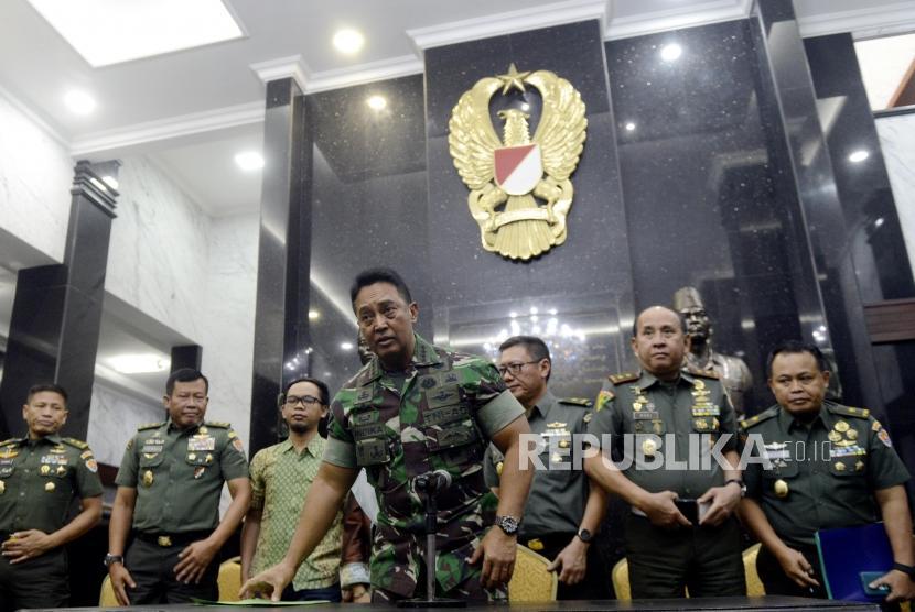 Kepala Staf Angkatan Darat (Kasad) Jenderal TNI Andika Perkasa usai memberikan keterangan terkait permasalahan taruna Akademi Militer (Akmil) Enzo Zenz Allie di Mabes TNI Angkatan Darat, Jakarta, Selasa (13/8).