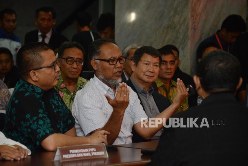 Ketua Tim Hukum BPN Bambang Widjojanto bersama Penanggung Jawab Tim Hukum BPN Hashim Djojohadikusumo berbincang dengan panitera saat penyerahan berkas permohonan gugatan sengketa hasil Pemilihan Presiden 2019 di Mahkamah Konstitusi, Jakarta, Jumat (24/5).