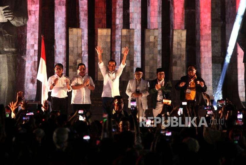 Pasangan Capres Petahana dan Cawapres, Joko Widodo (Jokowi) (tengah)- Ma'ruf Amin (ketiga kanan) bersama Ketua Tim Kampanye Nasional, Erick Thohir (kedua kiri), Wakil Ketua Tim Kampanye Nasional, Moeldoko (kiri), Ketum Hanura Oesman Sapta Odang (kanan) dan Ketum PKB Muhaimin Iskandar (kedua kanan)  menemui para pendukungnya sebelum mendatangi kantor KPU RI di Tugu Proklamasi, Jakarta, Jumat (21/9).