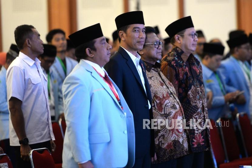 Silaturahim dengn BKPRMI. Presiden Joko Widodo (kedua kiri) bersama Ketua BKPRMI Said Aldi Alaydrus, Ketua DPD Oesman Sapta, dan Menag Lukman Hakim Saifuddin (dari kiri) hadir saat Silaturahim dengan Badan Koordinasi Pemuda Remaja Masjid Indonesia (BKPRMI) di Jakarta, Rabu (25/4).