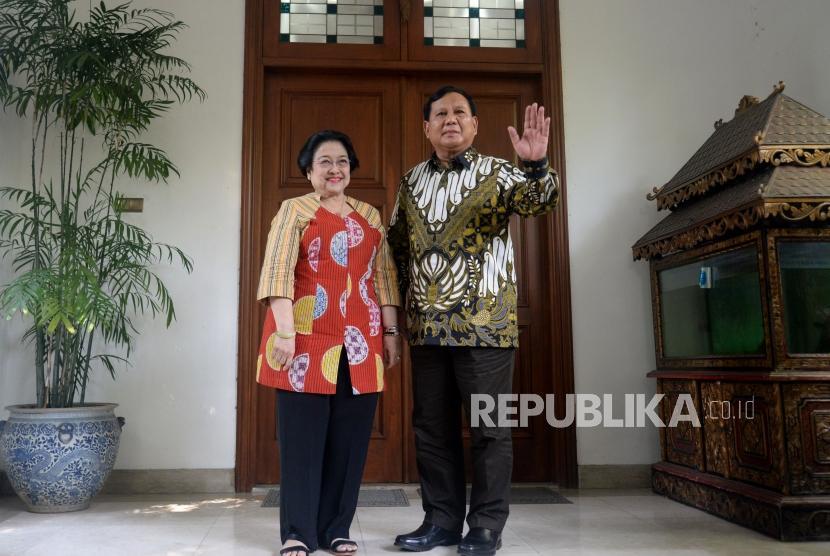 Ketua Umum PDI Perjuangan Megawati Soekarnoputri bersama Ketua Umum Partai Gerindra Prabowo Subianto usai melakukan pertemuan di kediaman Jalan Teuku Umar, Jakarta, Rabu (24/7).