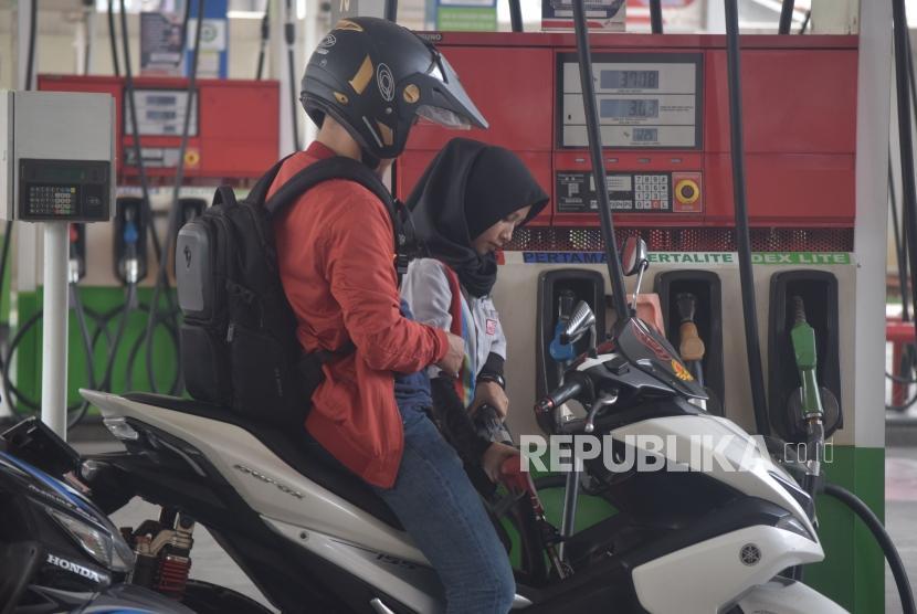 Petugas mengisi BBM jenis Pertamax turbo pada kendaraan konsumen di SPBU Abdul Muis, Jakarta, Kamis (1/11).