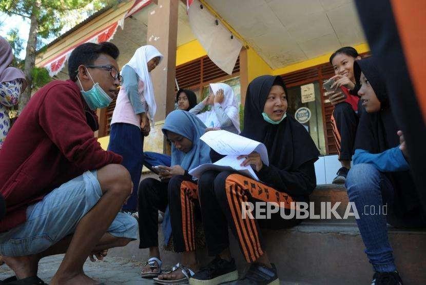 Aktivitas Pendidikan : Siswa-siswi SMP Negeri 6 melakukan pendataan saat beraktivitas di sekolahnya di Jalan Dewi Sartika, Palu, Sulawesi Tengah, Senin (8/10).