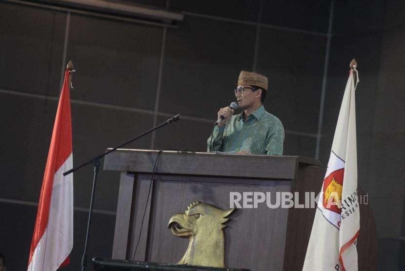 Calon Wakil Presiden No Urut dua Sandiaga Uno memberikan sambutan dalam  acara ramah tamah bersama tokoh masyarakat di kawasan Jakarta, Ahad (23/9).